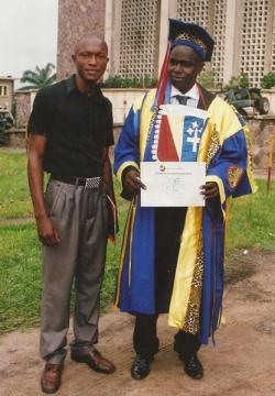 Photo souvenir de l'inventeur de l'écriture Afrika, Monsieur David Mboko Mavinga à côté de l'inventeur de l'écriture Mandombe (en toge), Monsieur le Professeur Docteur (Honoré) David Wabeladio Payi