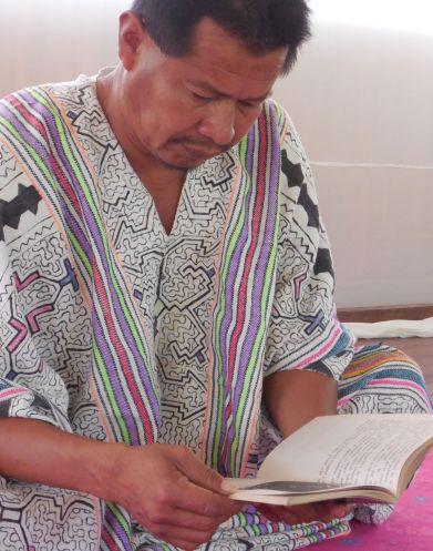 Edinson Ramos, un livre de magie à la main